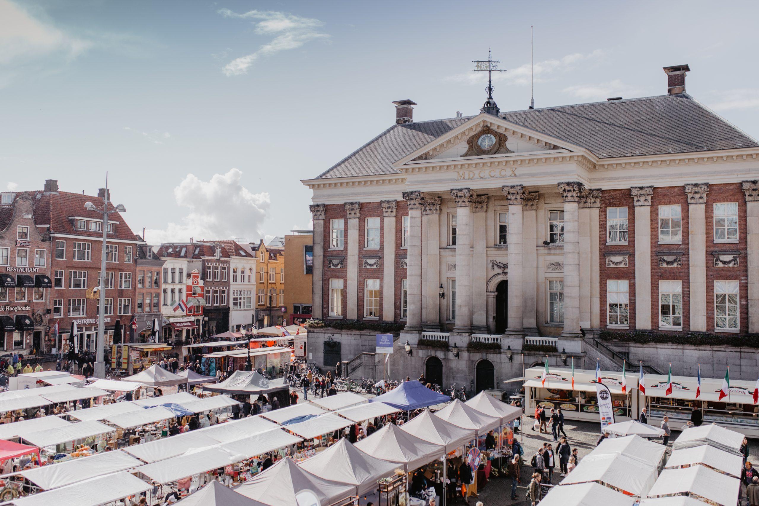 Personeelsreis Groningen. Beleef een zaterdagmiddag op de Grote Markt en bezichtig het stadhuis
