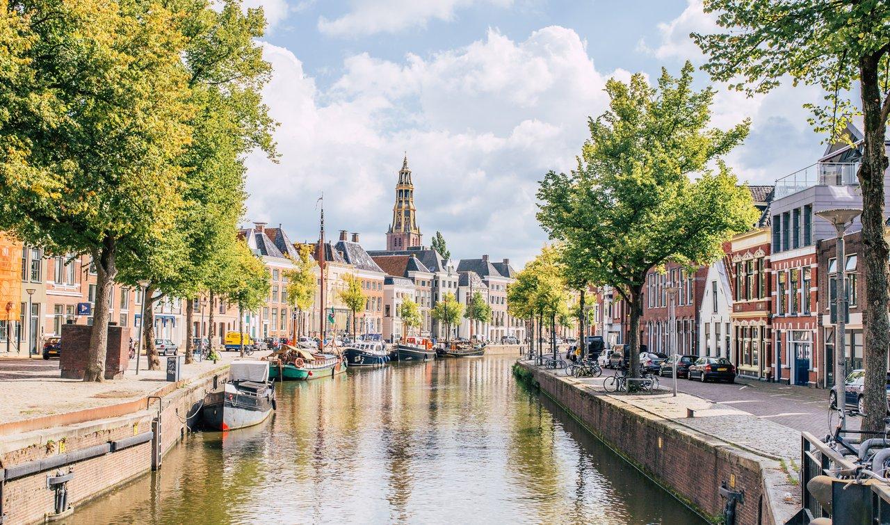 Personeelsreis Groningen. Wandel langs de mooie grachten van de stad
